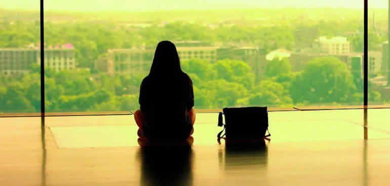 Mujer esperando con bolso